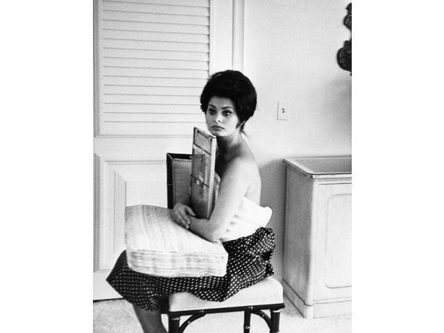 Sophia Loren Holding A Painting Photo Print (8 X 10