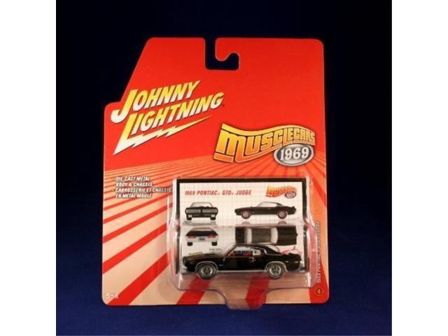 Johnny Lightning 1968 Camaro Super Chevy Edition 1:64 Scale die-cast Cream//Black Stripes